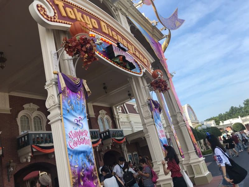 迪士尼樂園,門口的萬聖節南瓜頭。