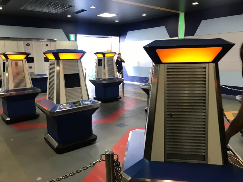 迪士尼抽遊行快速通關的機器。