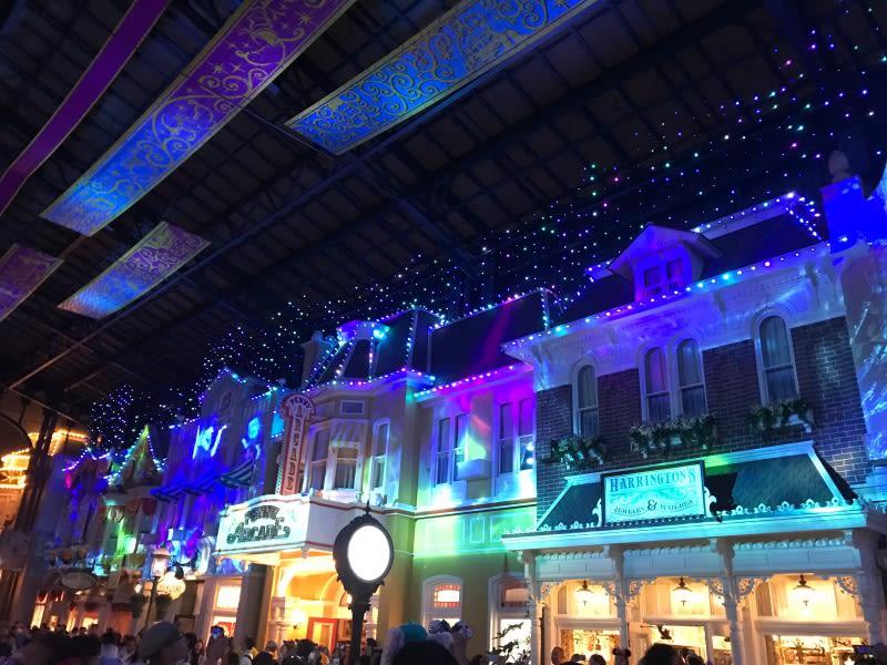 迪士尼樂園,門口萬聖節燈光秀。