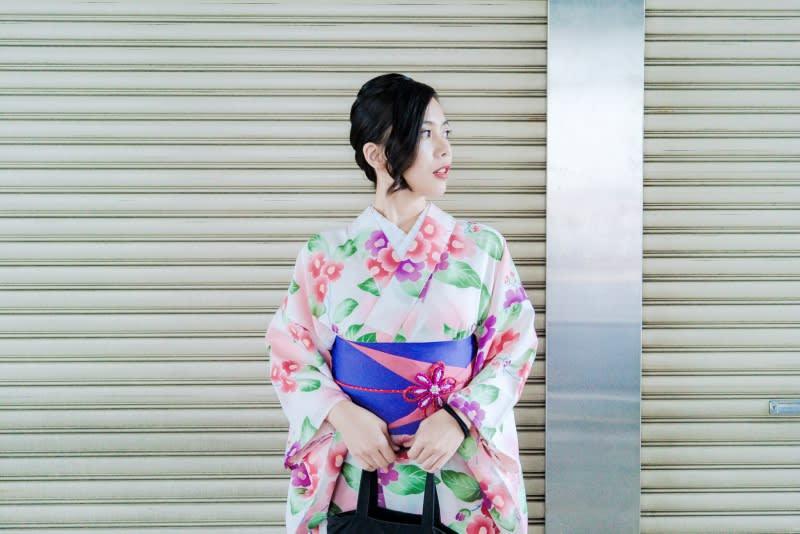 髮型師還會給你挑選髮飾,讓整體打扮更漂亮。圖片取自:Ann Shih。