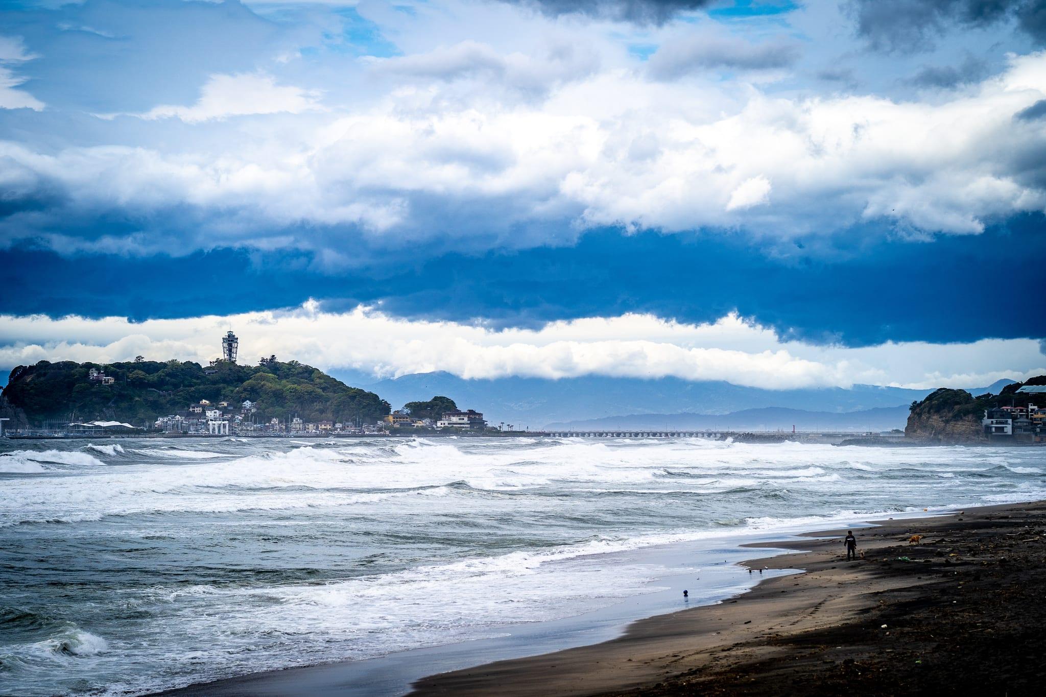 灌籃高手最後一話的景色,景色比對起來是在稻村崎海灣遠眺江之島。圖片來源:flickr@jimy 40 https://ppt.cc/fdQVux