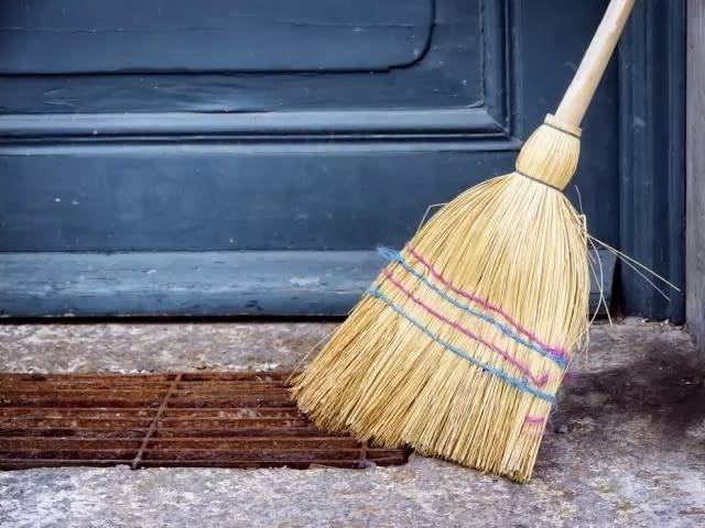 每年到平安夜,挪威人就一定會把掃把藏在家裡最安全的角落防止被偷,會偷竊的人竟然是巫婆和魔鬼,圖片取自home.cau-edu.net.cn。