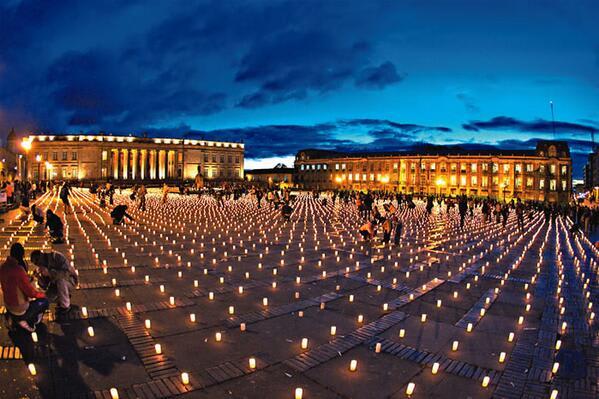 在梵蒂岡市聖彼得大教堂點燈,乃至全國城鎮都燭火通明,圖片取自pbs.twimg.com。