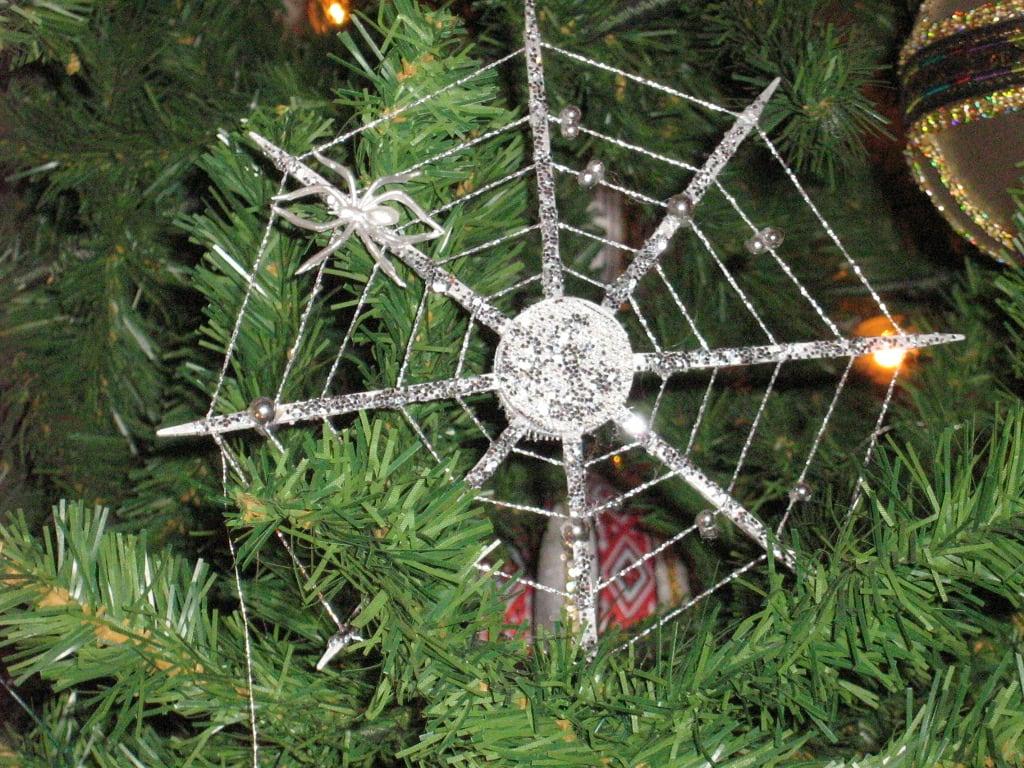 烏克蘭在聖誕樹掛上蜘蛛網和蜘蛛飾品,相信可以帶來好運。圖片取自wikimedia。