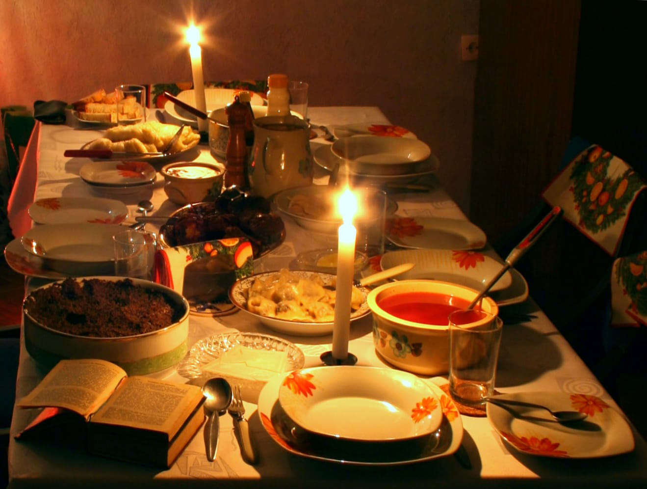 波蘭人相信已故親人會在這天回來團圓,開動前,每個人要拿著白色薄餅和家人兩兩互相剝餅祝福,圖片取自wikimedia。
