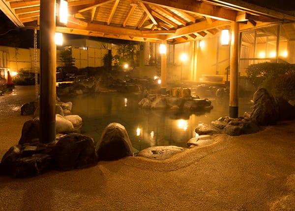 箱根小湧園Yunessun森之湯區域,圖片取自www.yunessun.com。