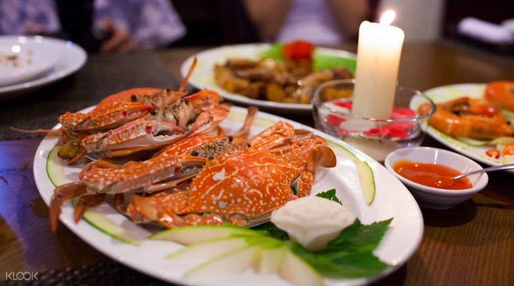 在遊船上享受美味的海鮮盛宴,品嘗正宗的越南風味佳肴