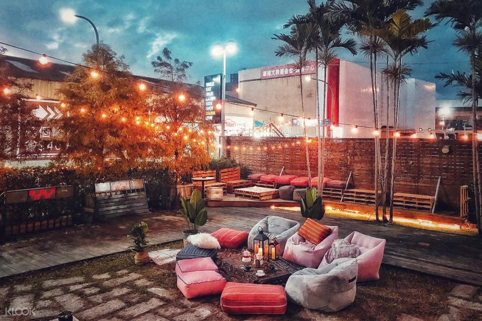 戶外野餐區搭配美式街燈,又能欣賞城市光景,也有不少人喜歡。