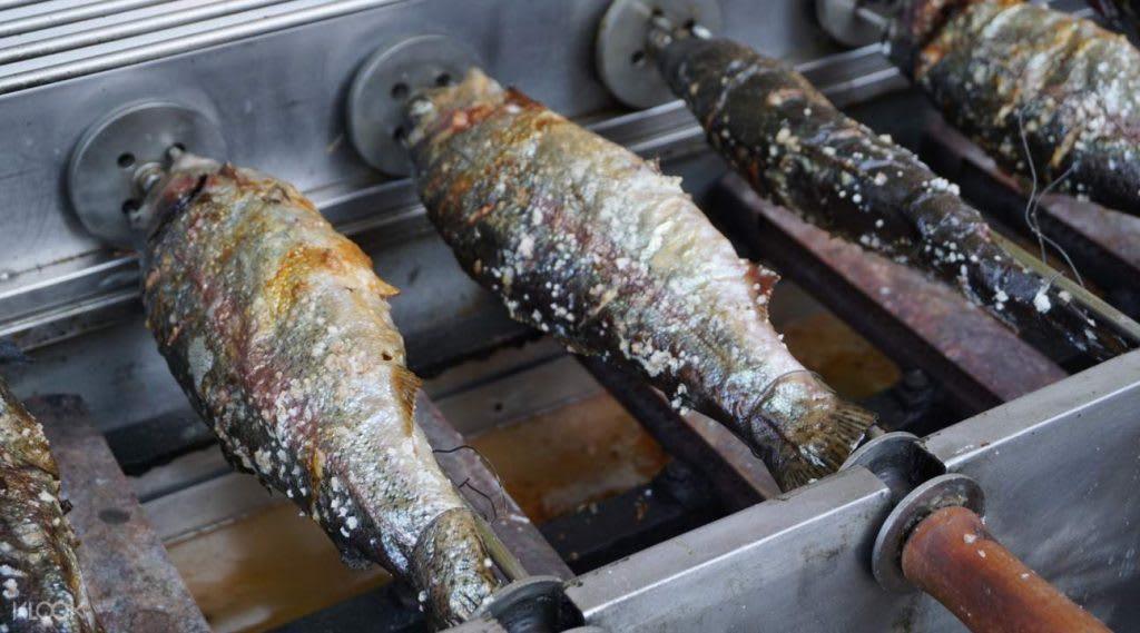 現釣現烤的冰魚,肉質鮮美,滋味一流!