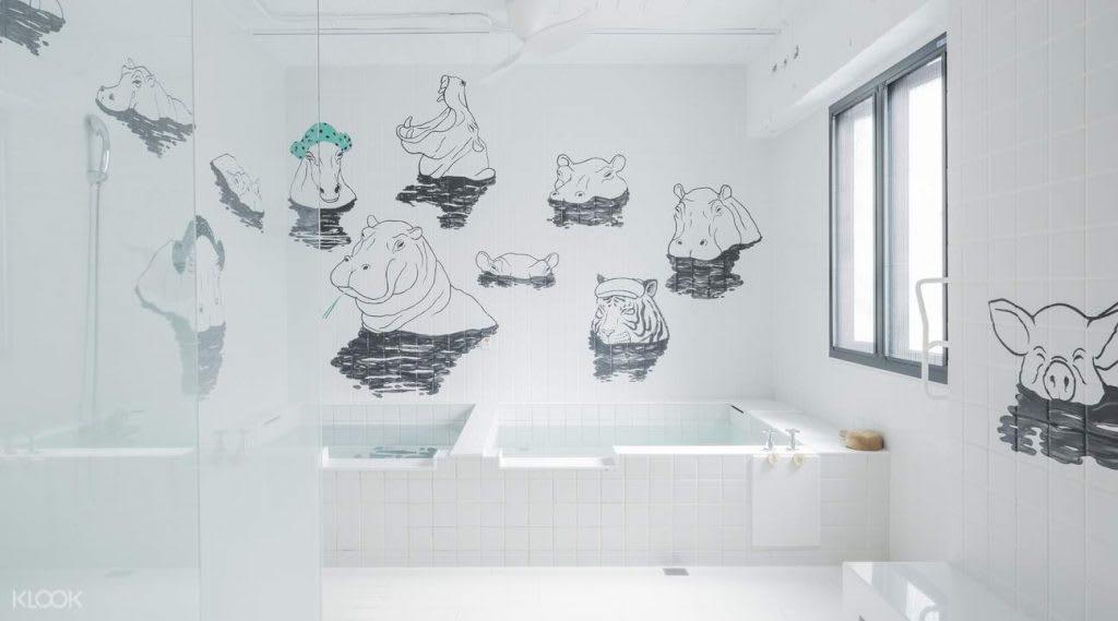「河馬浴場」湯屋,延伸電影羅馬浴場中,追求著象徵超越男女與物種的混浴,構成和諧而詩意的理念。