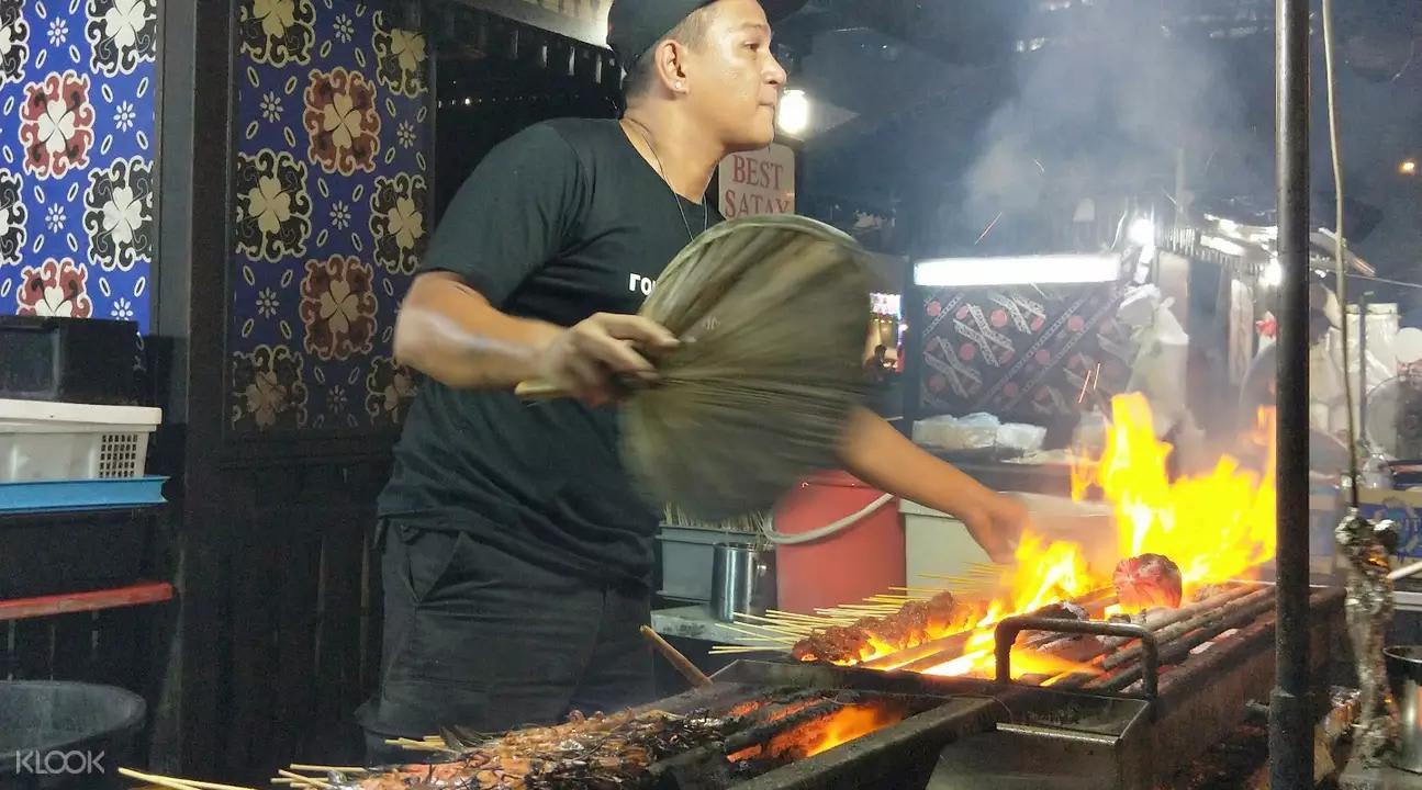 沙嗲現點現烤,火紅的爐火伴隨著香氣四溢,讓氣氛high到最高點。