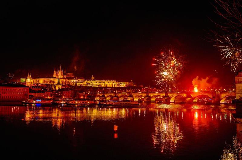 布拉格晚餐煙火船(照片來源:PRAGUE BOATS官網)https://bit.ly/2qP3J7k
