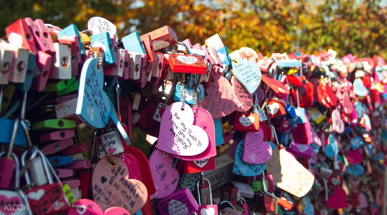 情人鎖佈滿整個牆面,眾多情侶都會前來朝聖