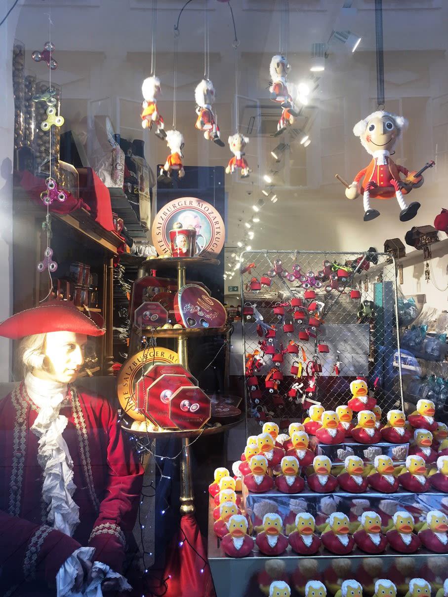 薩爾斯堡街上有許多有趣的莫札特紀念品。