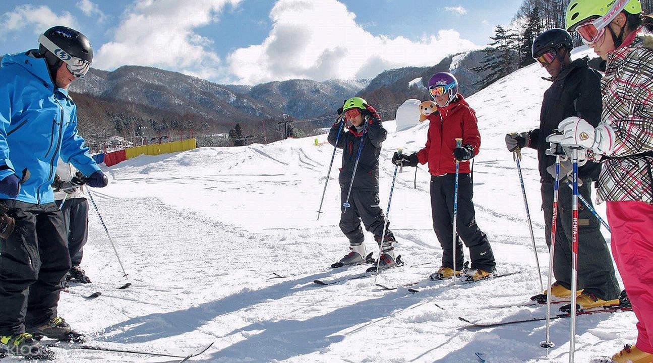 場內專業認證的教練指導滑雪技巧