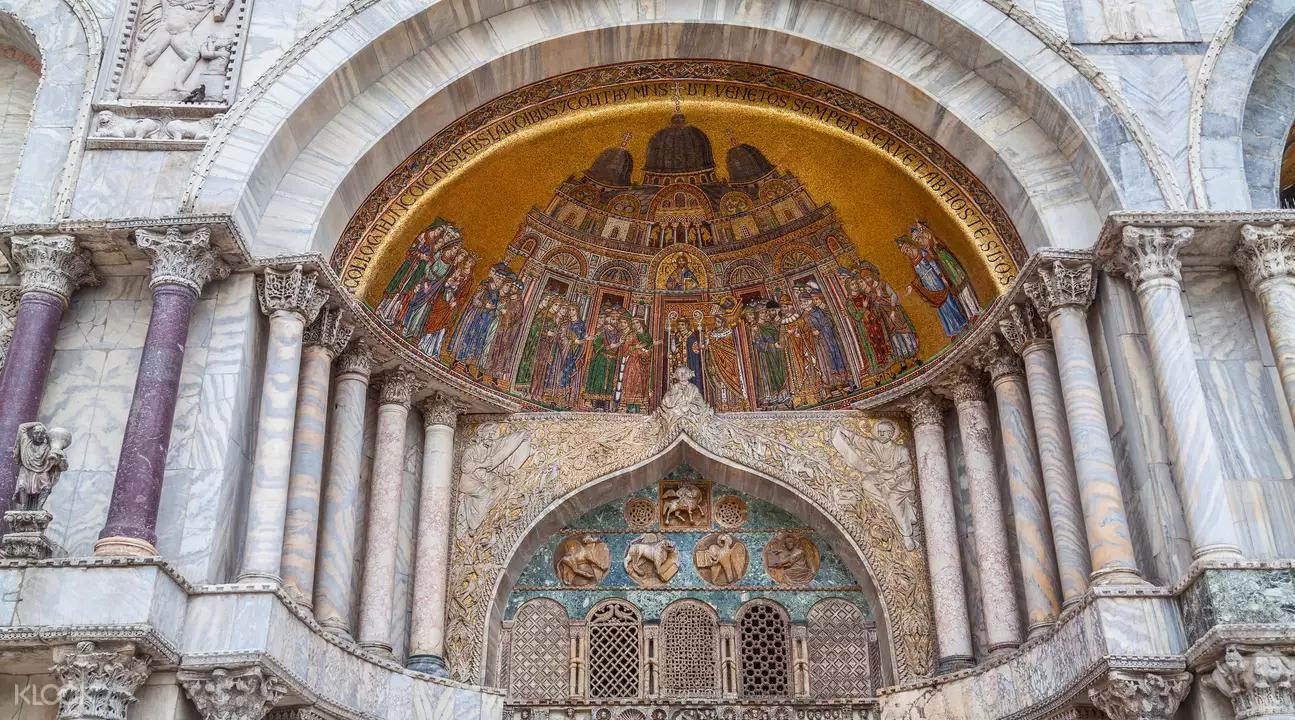 ▲ 華麗的雕刻及黃金鑲嵌畫,盡顯教堂的氣勢與光彩。