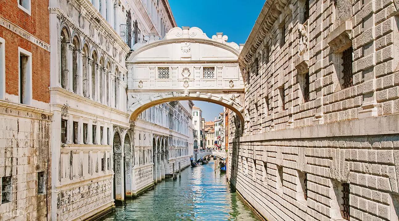 ▲ 威尼斯著名的嘆息橋,可至斯拉夫人堤岸的麥桿橋上一睹它的風采。