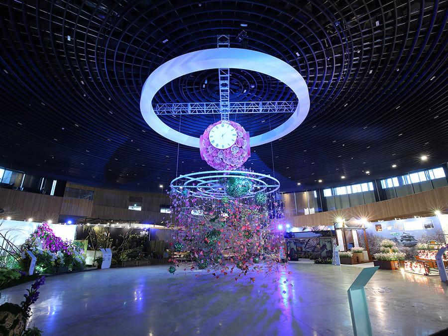 花舞館的花鐘從天而降。相片來源:台中花博官方網站。