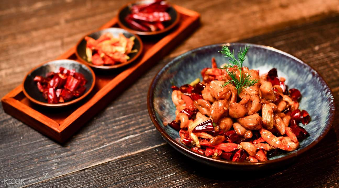 「宮保雞丁」選用雞肉為主料,佐以花生米、黃瓜、辣椒等輔料烹制而成,香辣味濃,肉質滑脆