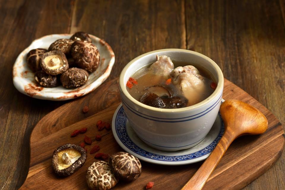 雞湯湯頭細心熬煮,食材用料也很挑。(圖片取自牛肉麵 ·雞湯FB粉絲團)