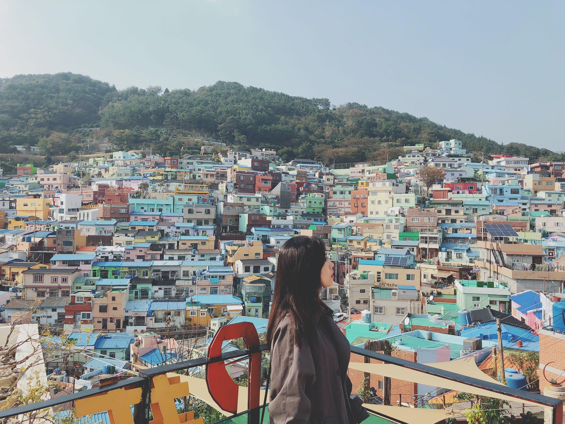 甘川洞巴士站後方的小路,是拍攝彩繪村最好看的景點,圖片取自:Ann Shih。