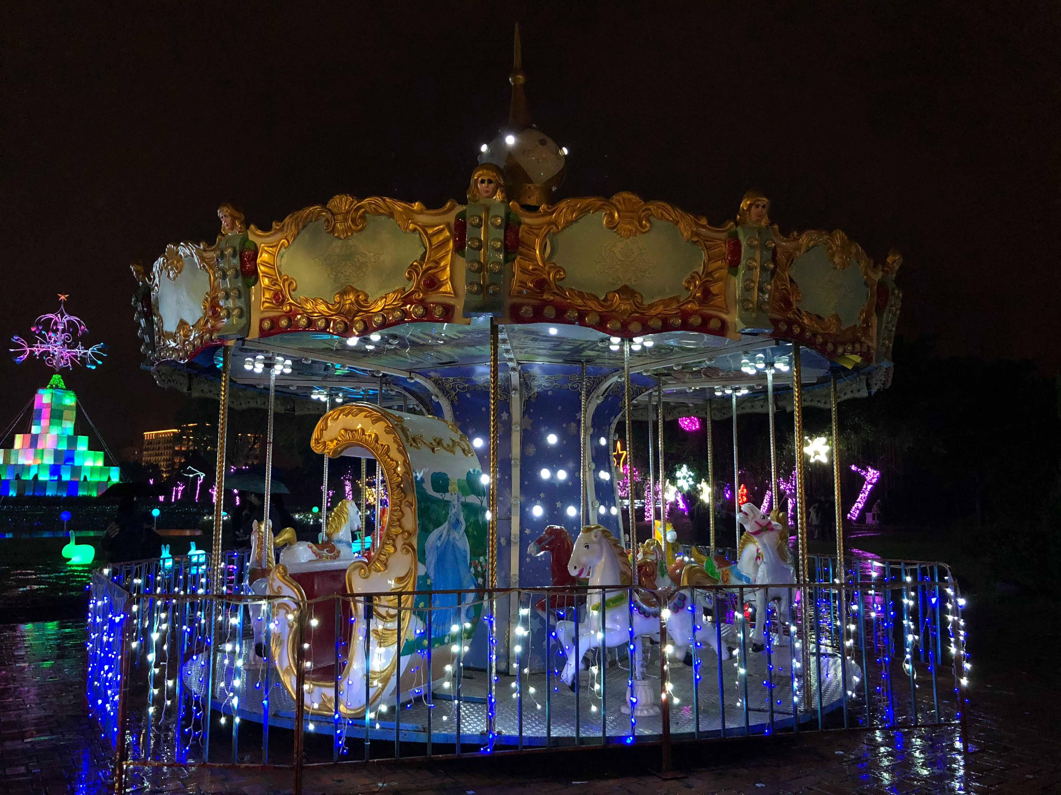 夜晚遊樂園的旋轉木馬,圖片來自:本文作者KV