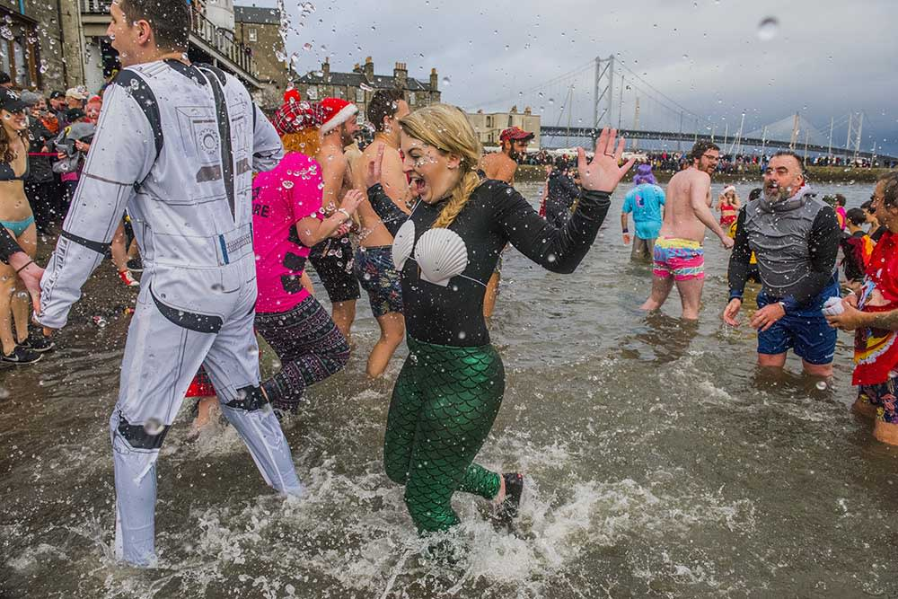 新年第一天的傳統 跳水變裝派對 Loony Dook Picture Copyright Chris Watt www.chriswatt.com