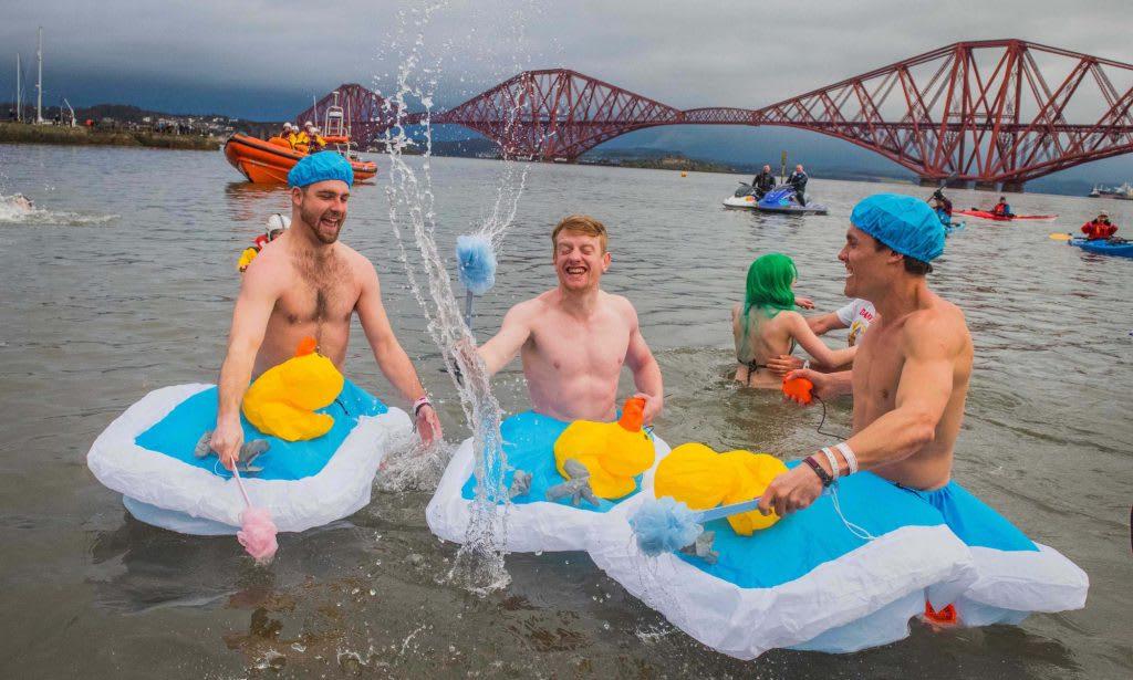 新年第一天的傳統 跳水變裝派對 Loony Dook 來源:www.edinburghshogmanay.com