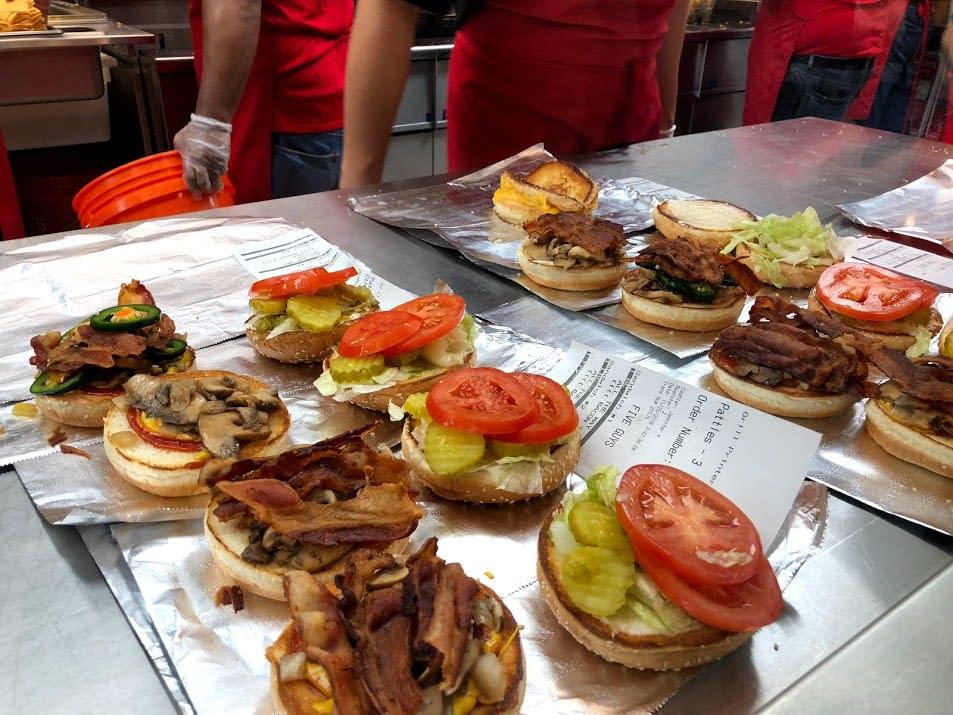 等了半小時的漢堡就近在眼前 | PC: Zach Huang