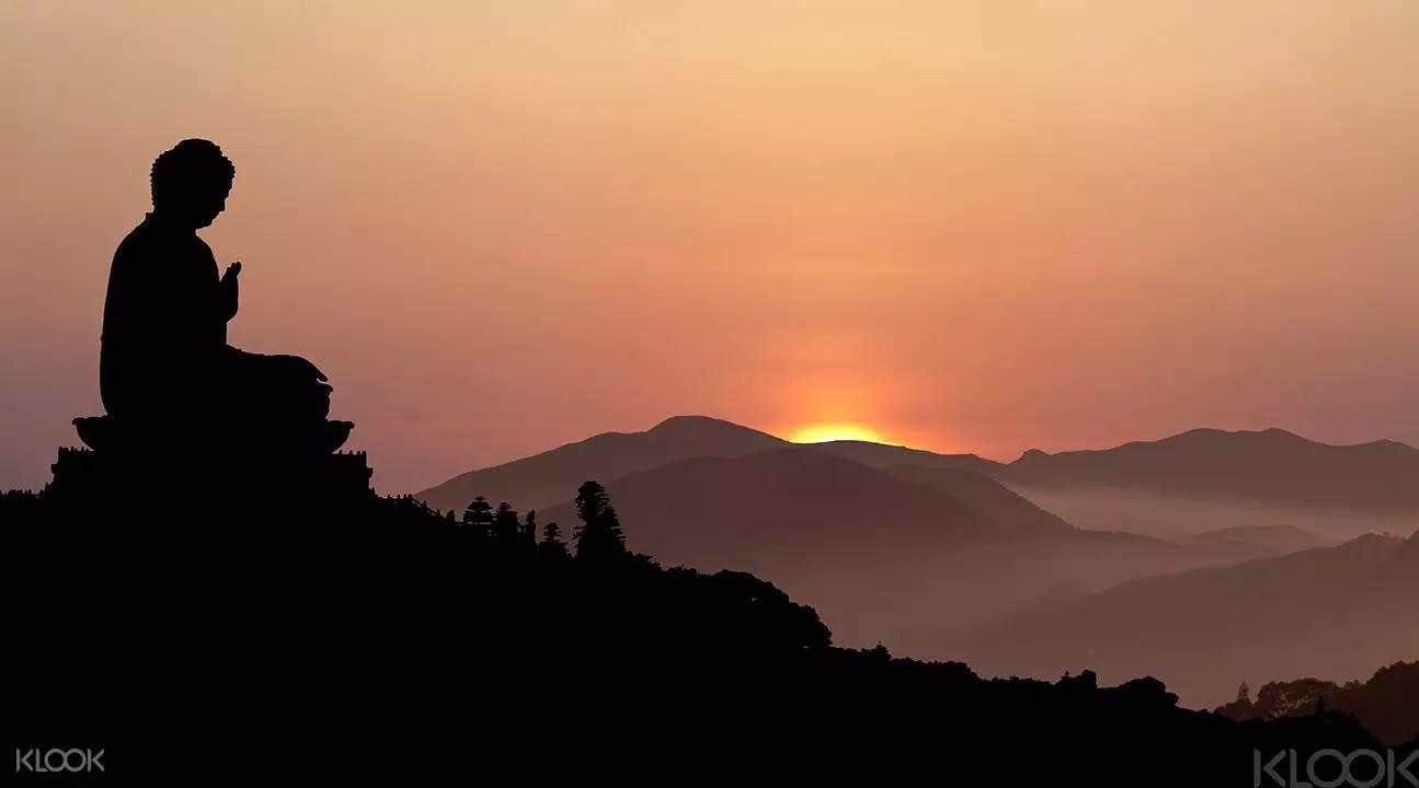 夕陽印襯著宏偉大佛,景致秀麗。