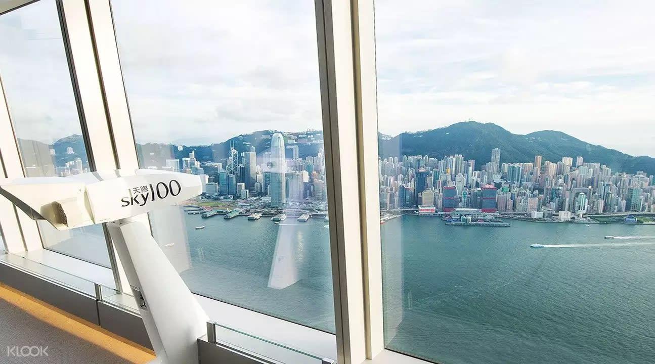天際100香港觀景台位於全港最高的環球貿易廣場100樓,海拔393米高,可360度欣賞香港景致。