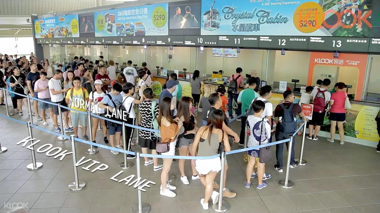 昂坪纜車排隊人潮眾多,客路的獨家換票通道將可大大節省寶貴的旅遊時間。