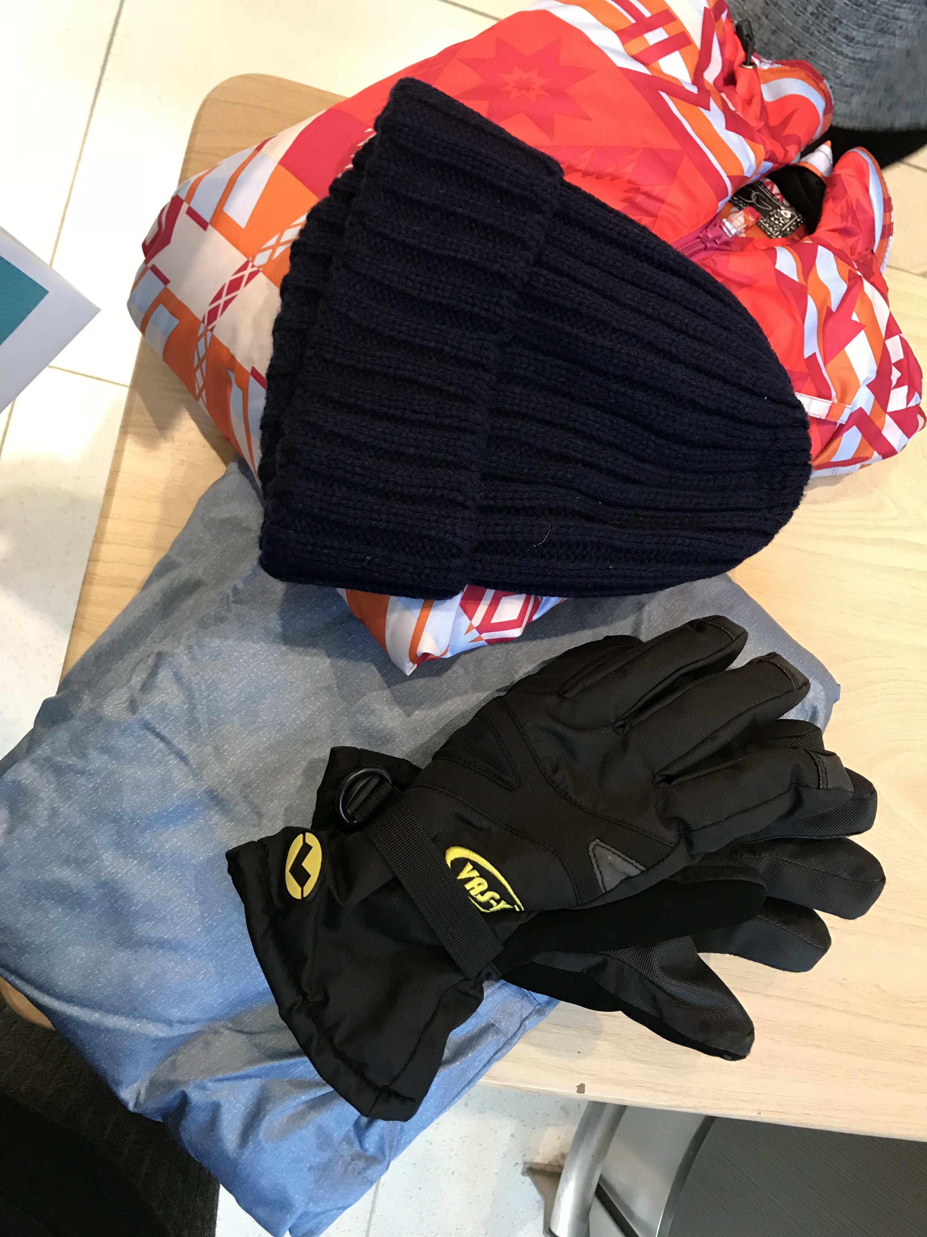 雪衣租借,包含毛帽、手套(不一定)、雪衣、雪褲,取自:Ann Shih。