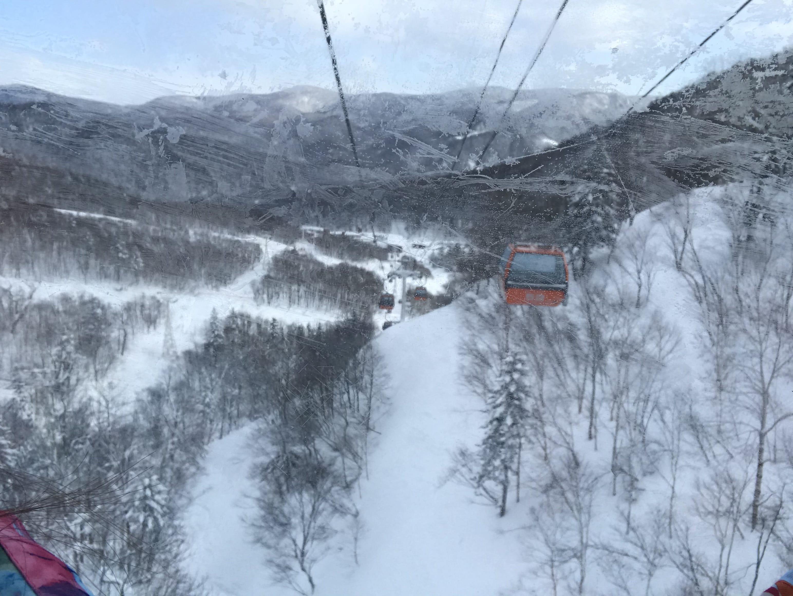 滑雪區纜車窗外景色很漂亮,取自:Ann Shih。