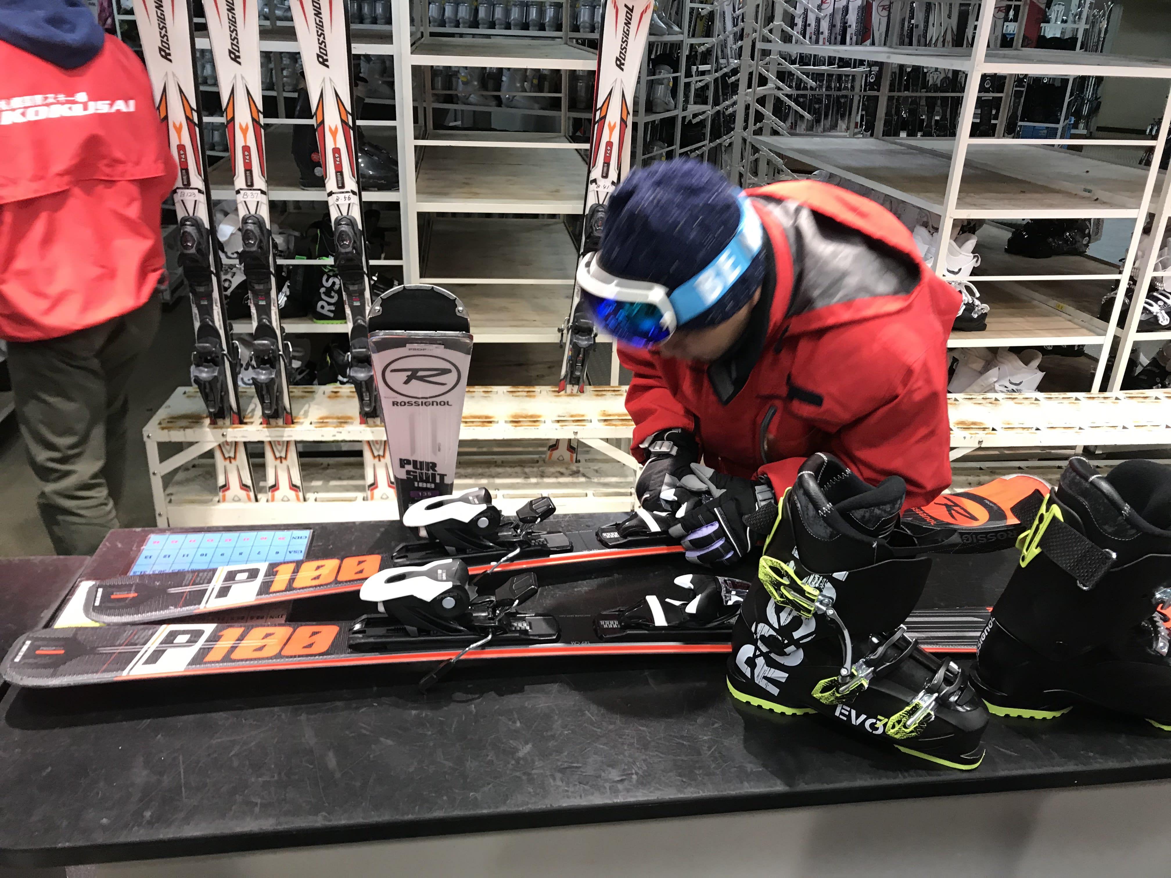 工作人員協助挑選雪板,取自:Ann Shih。