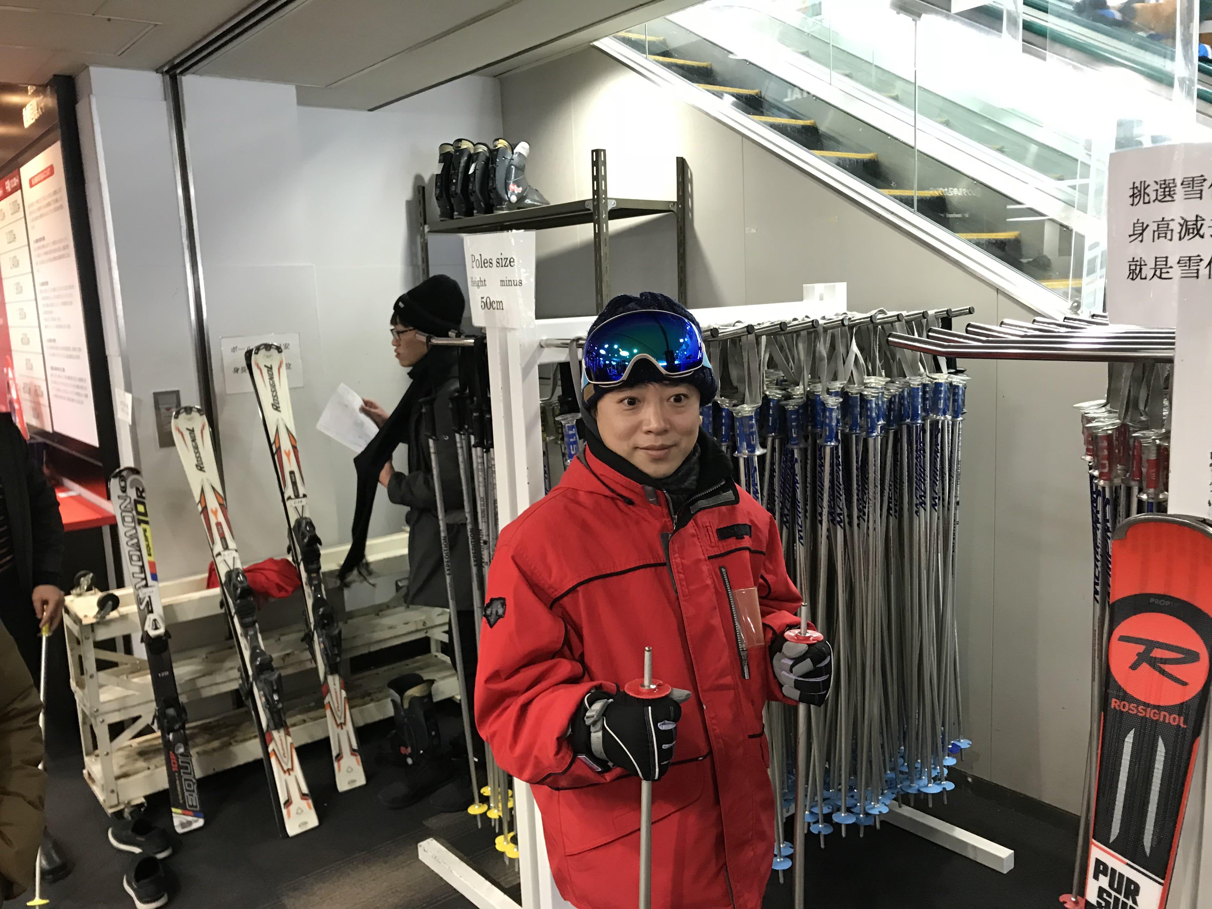 教練協助挑選雪仗,取自:Ann Shih。