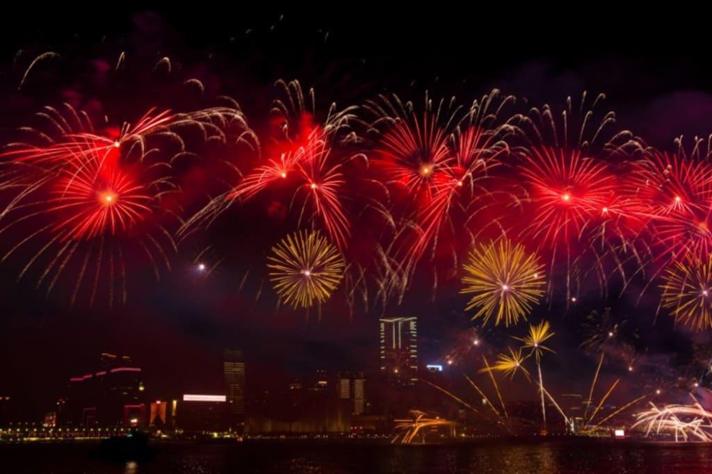 維多利亞港2019農曆新年煙花匯演,圖片取自www.nearsnake.com。