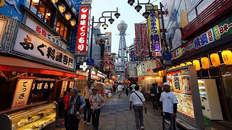 被新世界商店街包圍的通天閣 來源:www.japan-guide.com