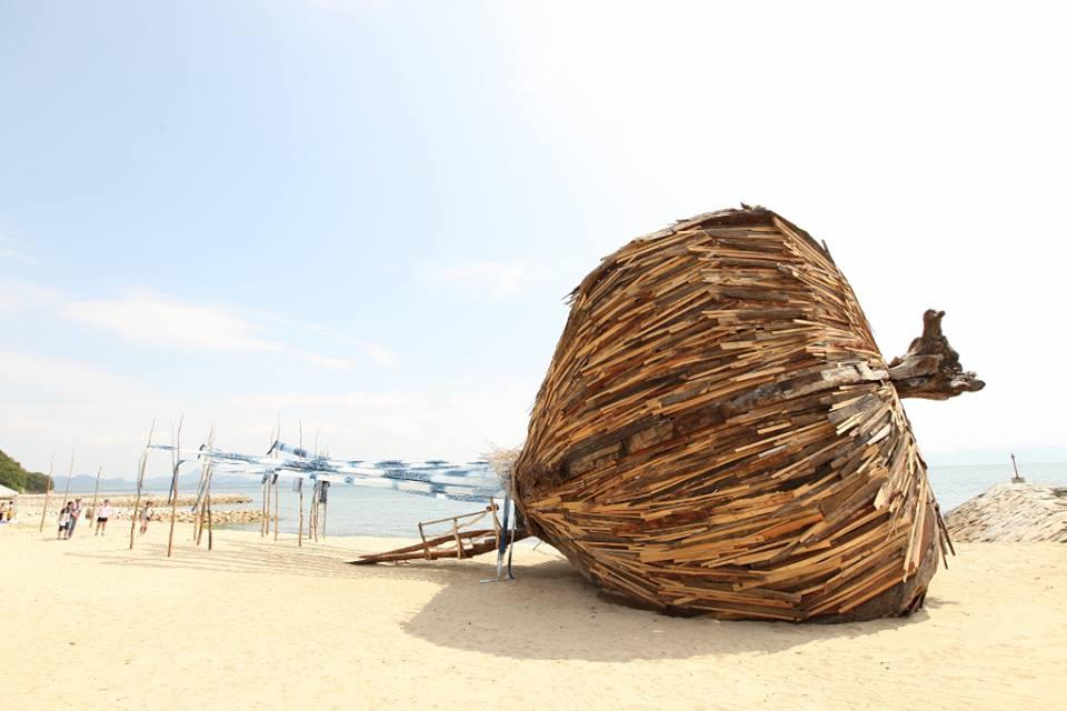 台灣藝術家 林舜龍老師 在高松港的種子船-「超越國境・海」 來源:@CrosstheborderSea