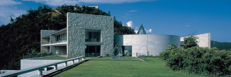 可下榻在安藤忠雄於直島上建構的Benesse House 來源:http://benesse-artsite.jp/stay/