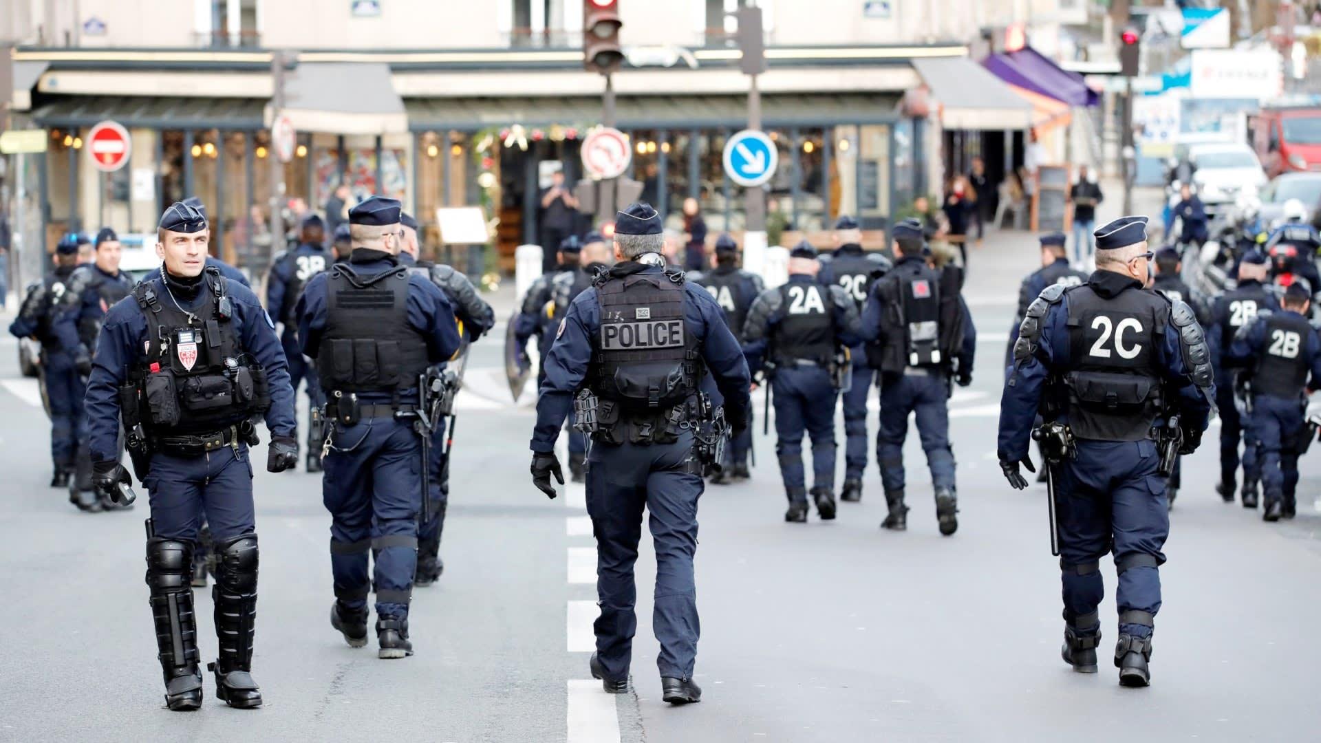 法國的警察證件上除了照片,還有法國3色旗斜條圖紋。(圖片取自www.hk01.com)