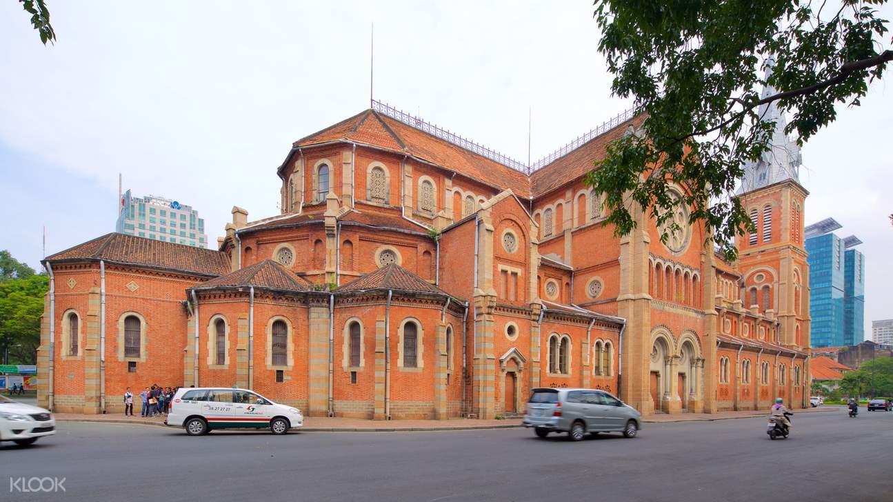 """造型莊嚴沉穩的聖母大教堂使用紅磚建造而成,所以得名""""紅教堂"""""""