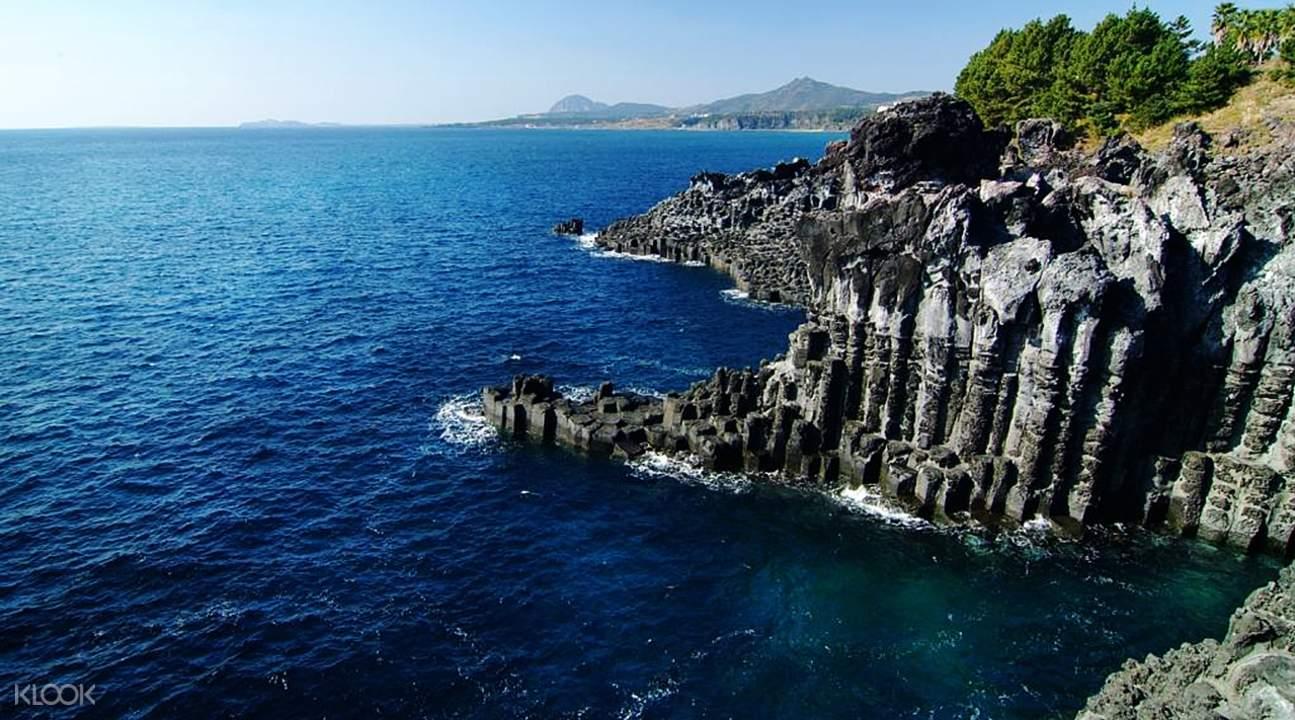 從漢拏山上遙望排列在海岸上的柱狀節理景觀