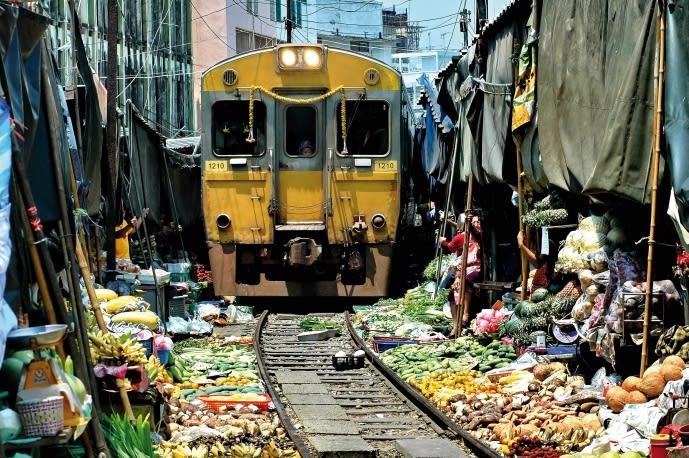 美功鐵道市集,圖片取自www.tourismthailand.org。