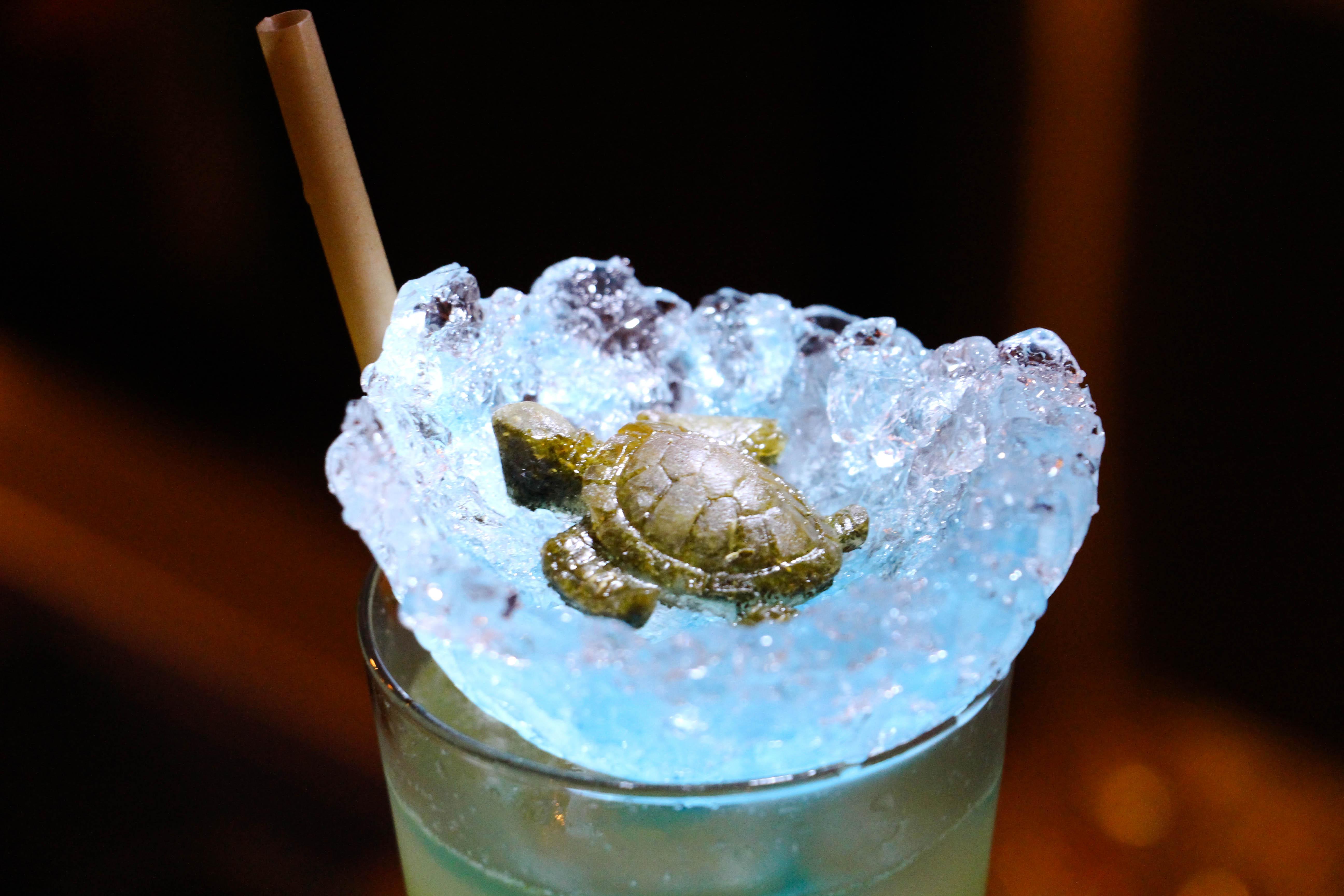 綠蠵龜調酒,為了守護環境,老闆特別挑選植物吸管搭配用碎冰製成的破殼海龜。