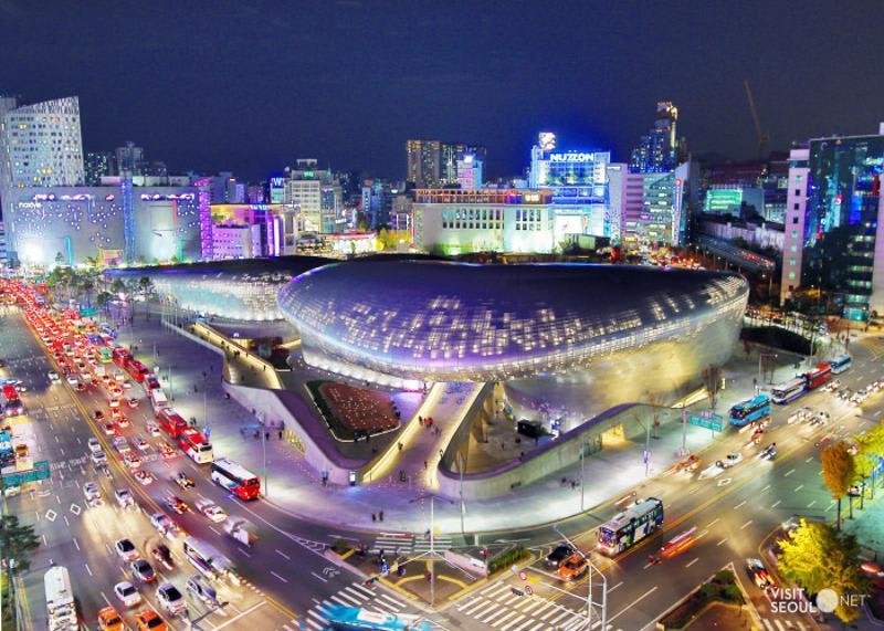 【韓國自由行】東大門逛街攻略!美食、批發、換匯、交通...通通有 跟著逛準沒錯圖片取自http://english.visitseoul.net/attractions/Dongdaemun-Design-Plaza-DDP_/96