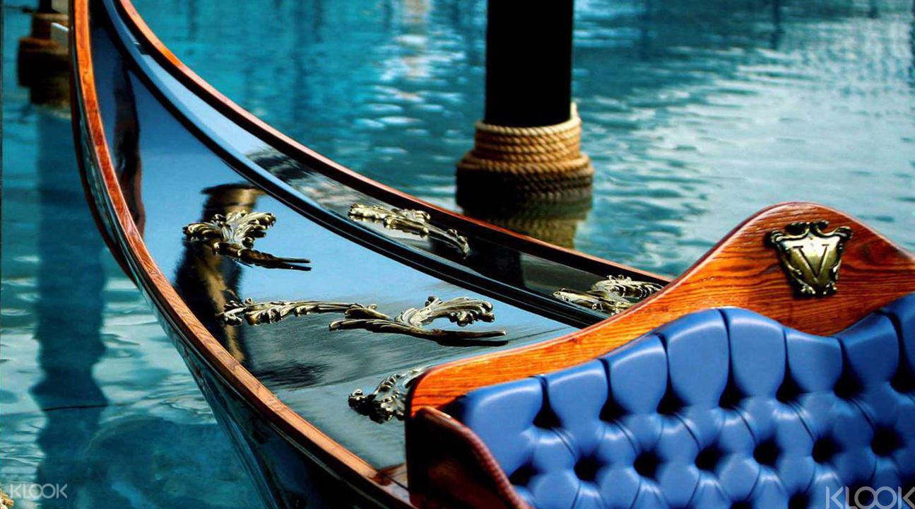 在充滿威尼斯風情下乘坐貢多拉,聆聽船夫高歌一曲!