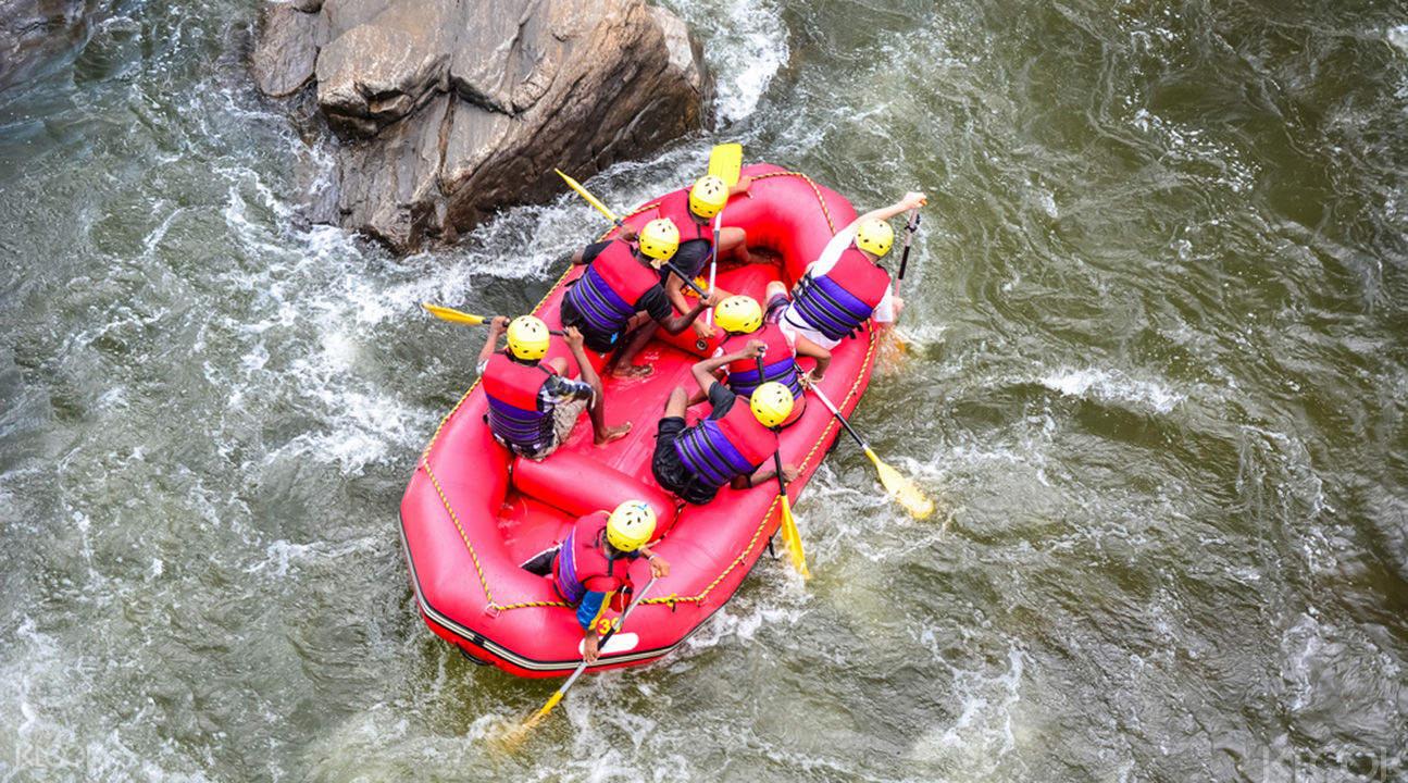 在河道陡竣的秀姑巒溪泛舟,全程刺激、充滿挑戰。