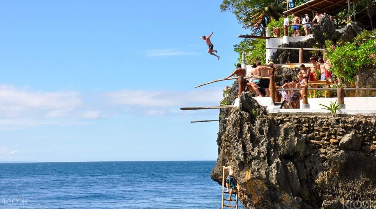懸崖跳水沒有一定程度的勇氣,任誰也無法招架。
