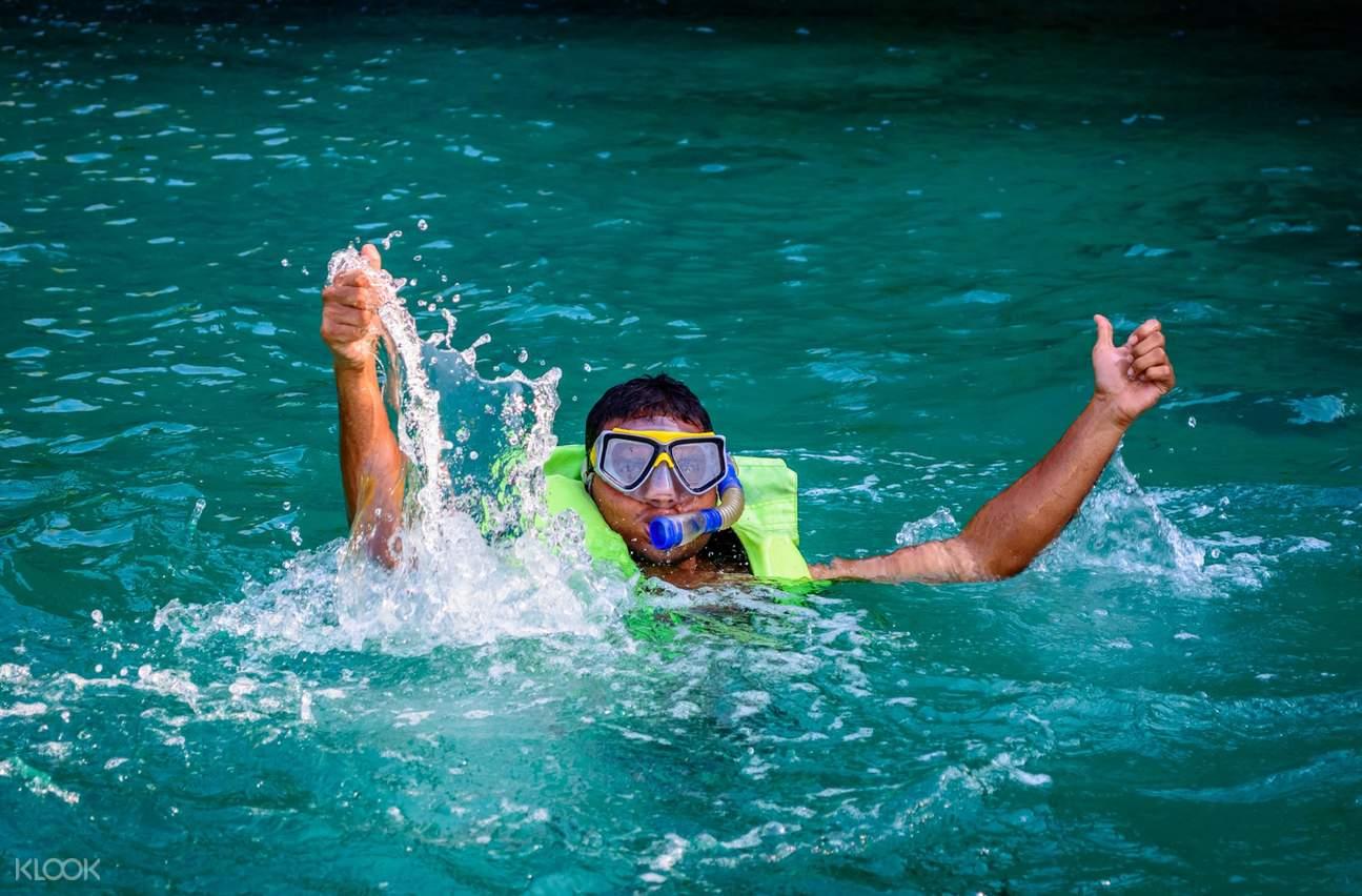 浮潛是潛水的入門,簡單的裝備就能一窺美麗的海底世界。